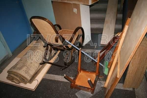 Изхвърля стари мебели от таван