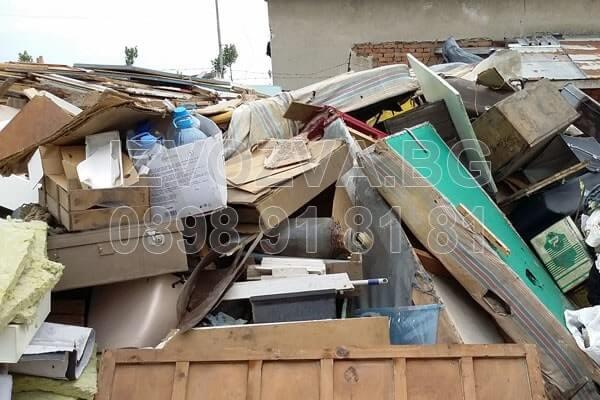 Изхвърля стари вещи от мазета и тавани