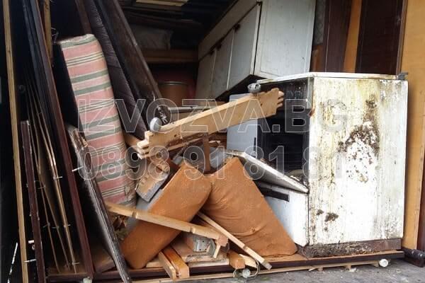 Изхвърля стари вещи от мазета и тавани в София